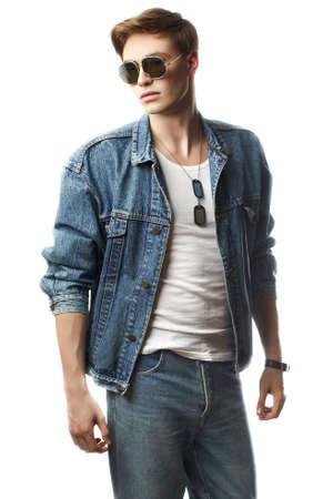 modelos hombres: Forme el retrato del hombre joven con los pantalones vaqueros jaket Foto de archivo