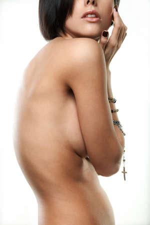 mujeres desnudas: joven y bella mujer con joyas en las manos