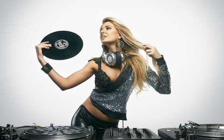 chica sexy: Chica joven atractiva que presenta en los tocadiscos de vinilo profesionales Foto de archivo