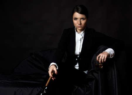 mujer sexy: joven y bella mujer con el cigare y alcohol
