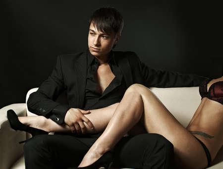 femme romantique: Sexy couple sur le canap� Banque d'images