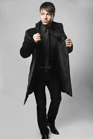 modelos hombres: Joven elegante de moda traje de hombre de negro Foto de archivo