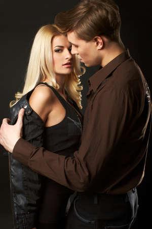 sexy young girl: Сексуальная молодая пара носить джинсы в студии
