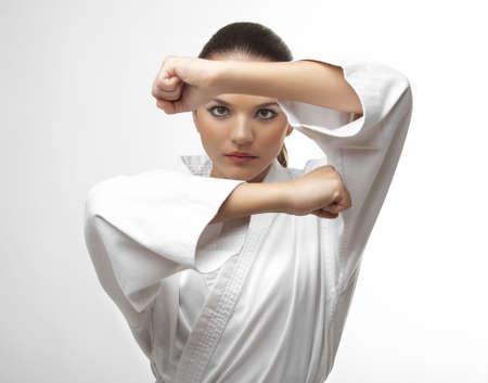 pied fille: Jolies jeunes femmes sexy en karat� posent d�tour�s sur blanc Banque d'images