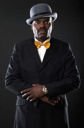 corbata negra: Retrato de un hombre negro sexy en traje