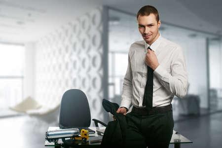 modelos hombres: joven hombre de negocios en un escritorio en la oficina Foto de archivo