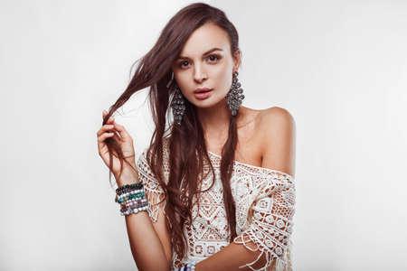 mujer hippie: Retrato de mujer hermosa hippie joven en estudio Foto de archivo