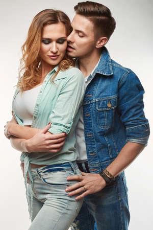salud sexual: Retrato de glamour de la moda con estilo botín joven pareja usando jeans en el estudio Foto de archivo