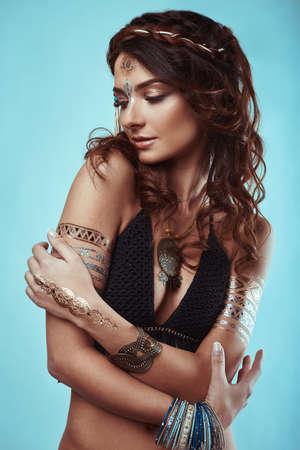 poses de modelos: Retrato de la hermosa inconformista glamour joven hippie en sujetador de punto