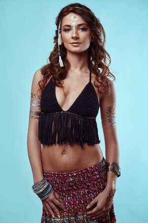 sexy young girl: Портрет красивой гламур битник молодой хиппи женщины в трикотажном бюстгальтере Фото со стока