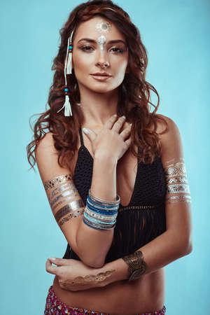 sexy young girls: Портрет красивой гламур битник молодой хиппи женщины в трикотажном бюстгальтере Фото со стока