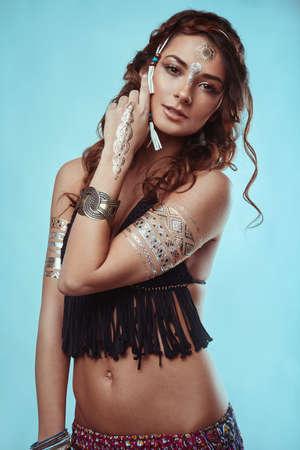 mujer hippie: Retrato de la hermosa inconformista glamour joven hippie en sujetador de punto