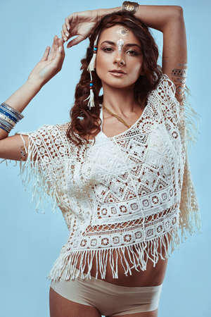 mujer hippie: Retrato de hermosa glamour última moda hippie de la mujer joven en camisa de punto