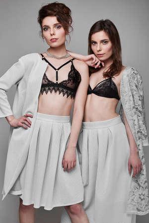 femme brune sexy: Portrait de deux belles, la mode, brune sensuelle mod�les-jumeaux, studio