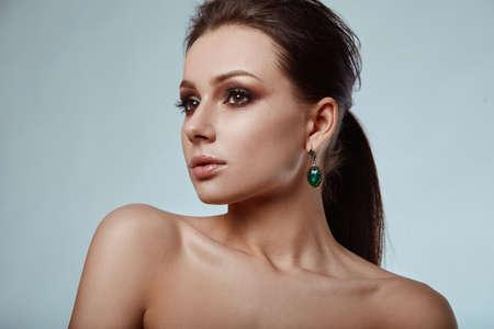 cabello casta�o claro: Retrato de la bella modelo, glamoroso, sensual morena en estudio