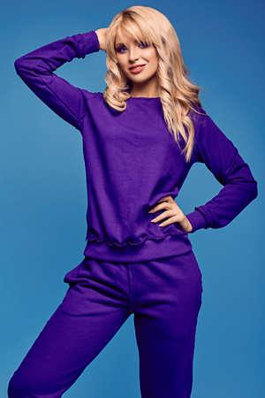 Glamouröse Mode Porträt der schönen charmante blonde Mädchen in bunten Sport Anzug auf einem hellen Hintergrund im Studio Lizenzfreie Bilder
