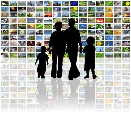 ver television: la familia viendo la televisi�n en el panel LCD enorme