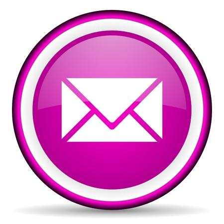 fioletowy błyszczący mail icon na białym tle