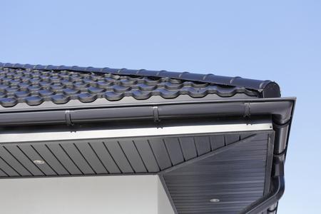 Ecke des neuen modernen Hauses mit Dachrinne, Dach, Wand und Lampen. Standard-Bild - 88373766