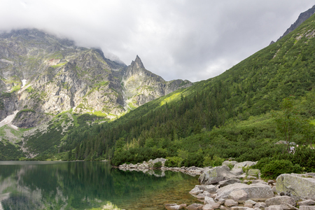 Morskie Oko lake in Polish Tatra mountains on cloudy day in summer Foto de archivo