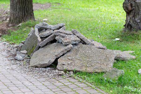 rénovation de la chaussée avec des gravats sur la pelouse