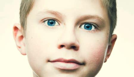 ojos tristes: retrato de un ni�o, adolescente aislado en el fondo blanco