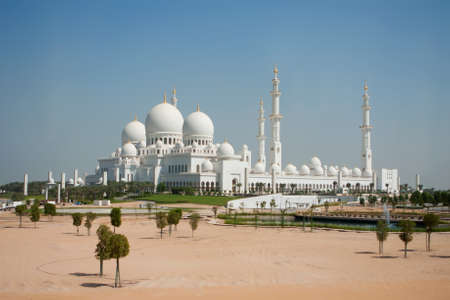 quitab: Front view of Sheikh Zayed mosque in Abu Dhabi