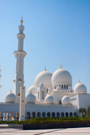 quitab: Side view of Sheikh Zayed mosque in Abu Dhabi  The third biggest mosque in the world