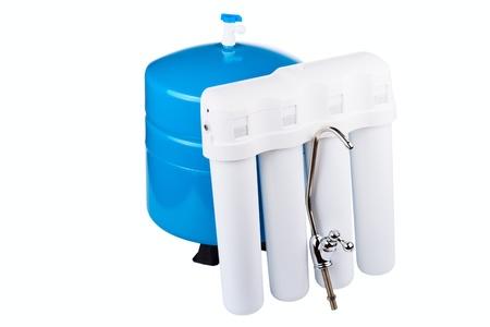 filtraci�n: Sistema de filtraci�n de agua potable aislado en un fondo blanco