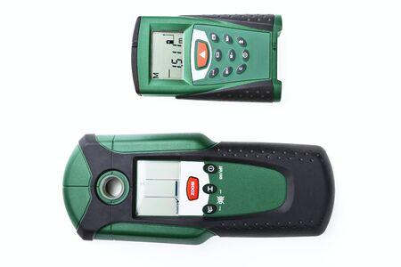 Digital multi detektor und laser distanzmesser auf weißem