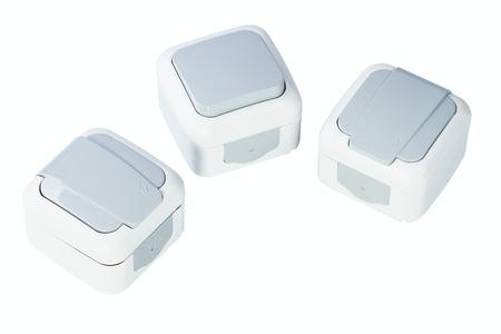 enchufe de luz: tomas de corriente el�ctrica y el interruptor de toma de luz aislados sobre fondo blanco