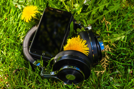 collapsible: Wireless bluetooth travel headphones and smartphone