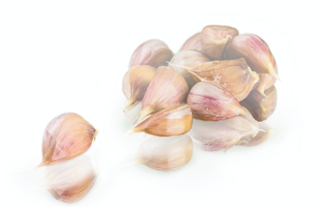 Fresh nice garlic cloves with reflection on white background Фото со стока - 96831521
