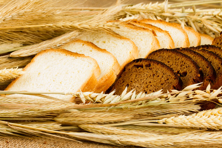 fresh white bread on sackcloth background Фото со стока - 98224781