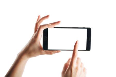 Mano de mujer tocando la pantalla del teléfono inteligente aislado sobre fondo blanco, con una pantalla limpia