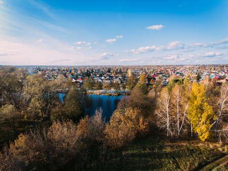 黄金色の赤い太陽航空写真表示、ロシア、川、小さな町橋