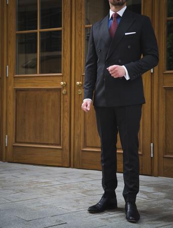 屋外でポーズ スーツで男性モデル