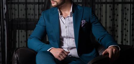 El modelo masculino en un traje que presenta dentro