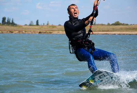 kite surfing: Jonge Man kiteboarding, Extreme Sport Kitesurfen