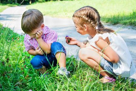 少女が腹を立てる少年に謝罪します。 写真素材