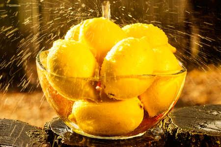 sotto la pioggia: Limone in una ciotola sotto gocce di pioggia