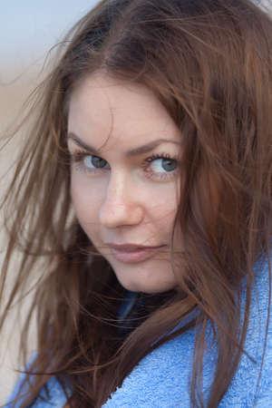 Portret van aantrekkelijk meisje op de open lucht Jonge vrouw op zoek naar camera buiten