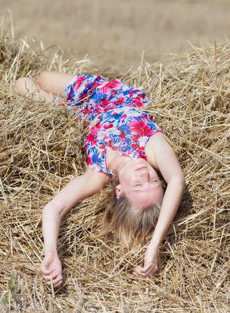 hayloft: Ni�a durmiendo en un pajar Foto de archivo
