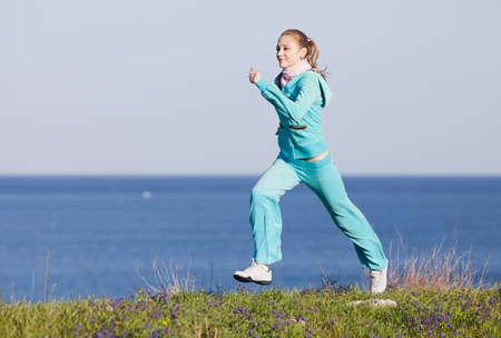 Jogging Slim meisje loopt op de achtergrond van de zee