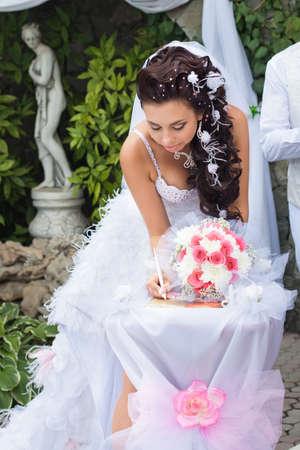 De ceremonie van het huwelijk Mooie bruid aanmelden huwelijksakte