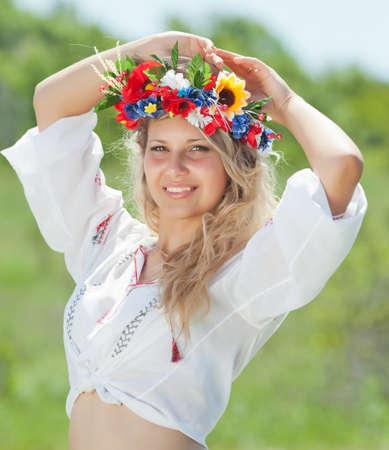 Oekraïens meisje op gebied Portret van aantrekkelijke blonde vrouw in Oekraïense krans en blouse met Oekraïense borduurwerk Stockfoto