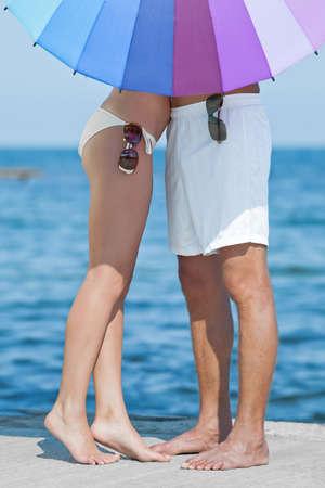 Aantrekkelijk paar op de zee Jonge man en vrouw op kust in dag tijd