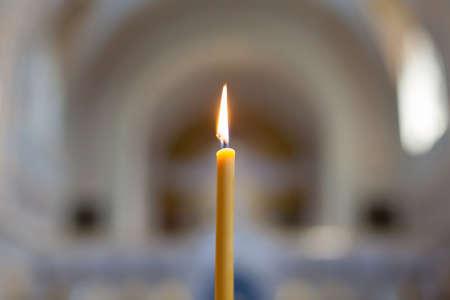 Single brandende kaars Lit kaars in de Orthodoxe Kerk