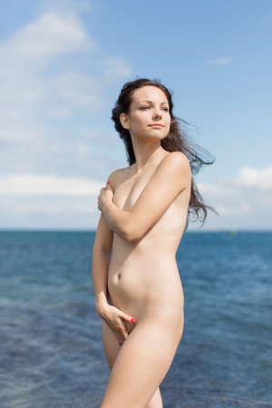 giovane nuda: Nudo giovane donna sullo sfondo del mare Archivio Fotografico
