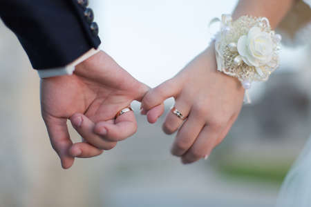 dedo me�ique: Manos de la boda del hombre y la mujer haciendo una promesa del me�ique Foto de archivo